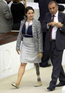 Благодаря депутатке с протезом женщинам в турецком парламенте теперь можно носить брюки