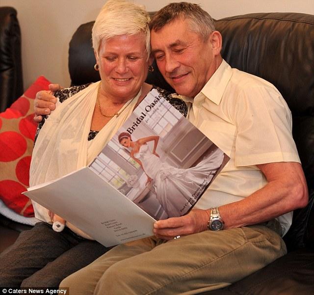 Женщина, потерявшая обе ноги из-за редкой инфекции, пошла к алтарю на протезах